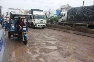 Nhiều đoạn Quốc lộ 1A qua Bình Định 'tan nát' sau mưa