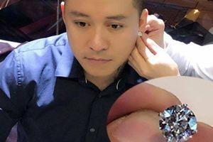 Tuấn Hưng đeo 7 tỷ trên tai làm quà sinh nhật cho mình tuổi 40