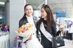 Hoa hậu Tiểu Vy tươi rói tiễn Phương Nga đi thi quốc tế