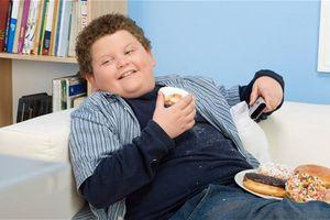 Đừng bao giờ để trẻ ăn quá no!