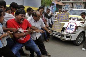Dân gây áp lực, Ấn Độ buộc phải giảm giá nhiên liệu