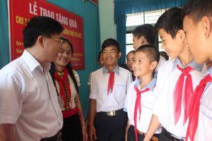 Nhóm Niềm tin trao 200 triệu đồng hỗ trợ các trường học ở Con Cuông