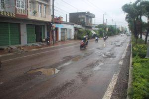 Mưa lớn kéo dài, QL1 qua Bình Định phát sinh hư hỏng