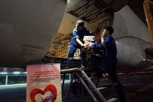 Chuyến bay cứu trợ nạn nhân sóng thần của Vietjet cất cánh trong đêm