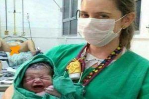 Phông nền 'khó đỡ' trong bức ảnh nữ y tá bế bé sơ sinh khiến dân mạng cười ngất