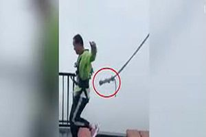 Thót tim khoảnh khắc dây an toàn tuột khỏi người du khách trên cầu treo cao 300m