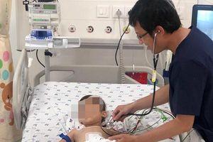 Bác sĩ 5 giờ 'cân não' cứu bé trai liên tục ói ra máu