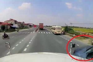Hãi hùng cảnh ô tô bán tải vượt ẩu, ép container đánh lái lao sang làn ngược chiều