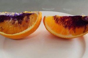 Bà mẹ trẻ hốt hoảng vì quả cam tươi ngon bỗng chuyển màu như đổ thuốc nhuộm