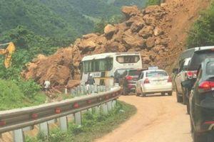 Trời không mưa nhưng hàng trăm m3 đất đá vẫn đổ xuống Quốc lộ 279