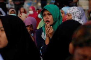 Tín đồ Hồi giáo Indonesia cầu nguyện trước biển sau thảm họa kép
