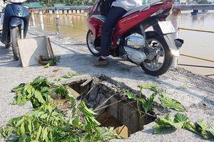 Mặt cầu rơi xuống sông, hơn 1.000 hộ dân qua lại khó khăn