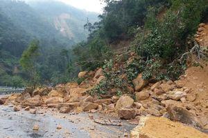 Sạt lở trên tuyến Nha Trang - Đà Lạt, đất đá tràn xuống đường