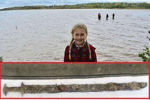Bé gái 8 tuổi tìm thấy bảo kiếm 1.000 năm của Vua Arthur