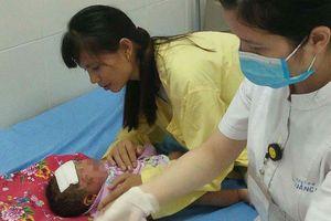 Sau khi tắm bằng lá, bé 1 tuổi bị bọng nước phải nhập viện trong tình trạng chảy mủ trên da