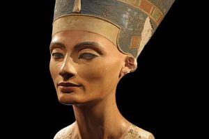 Nữ hoàng Ai Cập Nefertiti tự đầu độc bản thân thế nào?