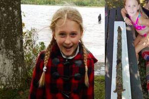 Bé gái phát hiện thanh kiếm 1.500 tuổi bên hồ nước giống hệt câu chuyện trong truyền thuyết
