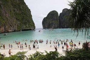 Du khách la ó phản đối đóng cửa bãi biển nổi tiếng nhất Thái Lan