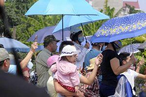 Người dân Đông Mỹ đội nắng đón linh cữu nguyên Tổng Bí thư Đỗ Mười