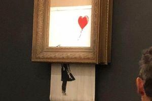 Vừa được đấu giá khủng, bức tranh đột ngột tự hủy thành nhiều mảnh
