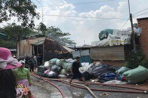Cháy lớn tại cơ sở thu mua phế liệu ở Sài Gòn, cảnh sát hút nước sông ứng cứu