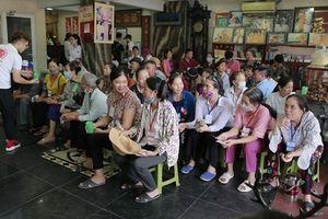 Quán cơm 'thiện nguyện' đầy đủ thịt cá giá 2.000 đồng giữa lòng Hà Nội