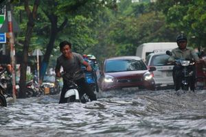 Khu nhà giàu ở Sài Gòn chìm trong biển nước sau cơn mưa lớn kéo dài 40 phút
