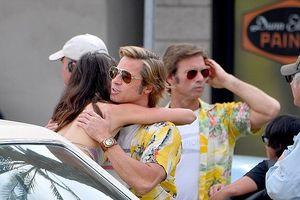 Brad Pitt diện áo vàng sặc sỡ, thản nhiên ôm bạn diễn nữ ở phim trường