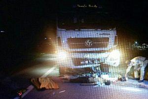 Chạy lấn đường, hai thanh niên đi xe máy bị ô tô tông thiệt mạng