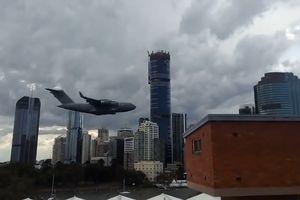 Cận cảnh chiếc Boeing C-17 bay tầm thấp giữa thành phố Brisbane