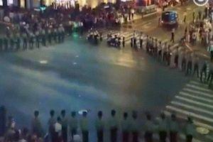 TQ: Binh lính lập 'hàng rào sống' để điều khiển giao thông