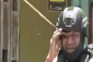 Bị mũi tên cắm vào mắt, cảnh sát vẫn bình thản đi lại ở Indonesia