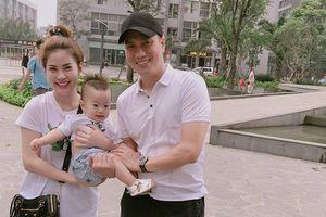 Vợ chồng Việt Anh cùng 'bật' chế độ độc thân, liệu có sóng ngầm?