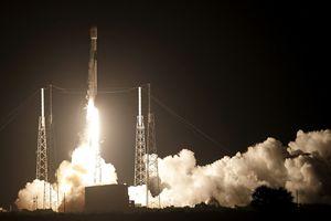 Tầng đầu tiên của tên lửa Falcon 9 lần đầu tiên hạ cánh thành công xuống căn cứ Vandenberg
