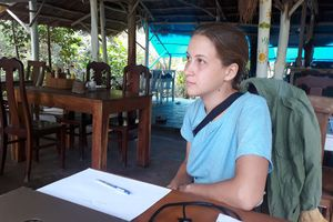 Cô gái người Nga ngồi thiền xin tiền quay lại Phú Quốc