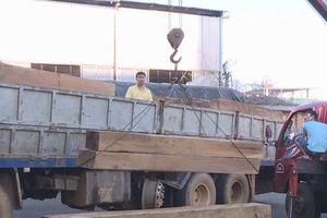 Phát hiện xe tải vận chuyển hàng chục khối gỗ lậu