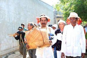 Giữ 'hồn' lễ hội Katê bằng nghi thức đón rước y trang