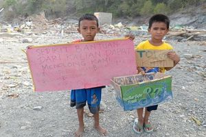 9 ngày sau động đất, sóng thần Indonesia: Hàng trăm trẻ em bơ vơ đứng đường xin cứu trợ