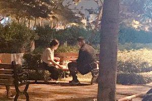 Hình ảnh đôi nam nữ tổ chức sinh nhật cho nhau ở ghế đá bờ kè khiến bao người ngưỡng mộ