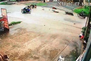 CLIP: 2 xe máy đâm trực diện, 6 thanh niên văng la liệt dưới đường