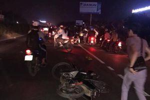 Chồng ngồi ôm thi thể vợ khóc ngất sau vụ tai nạn liên hoàn trên quốc lộ 5A