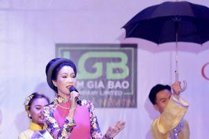 Trịnh Kim Chi duyên dáng áo dài tại chương trình Mùa Thu Yêu Thương 2