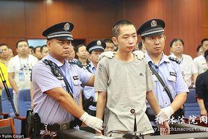 Hàng trăm dân làng Trung Quốc theo dõi cảnh đưa tử tù ra pháp trường