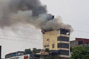 Khói lửa ngùn ngụt tại tòa nhà 9 tầng ở Hà Nội