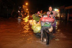 Tiểu thương Sài Gòn vượt triều cường đến chợ từ mờ sáng