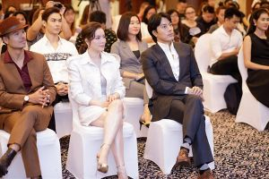 Diễn viên 'Giày thủy tinh' Han Jae Suk xuất hiện phong độ bên Lý Nhã Kỳ
