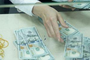 Tỷ giá ngày 9.10: Ngân hàng tăng giá bán kịch trần, USD chợ đen 'thất thủ'