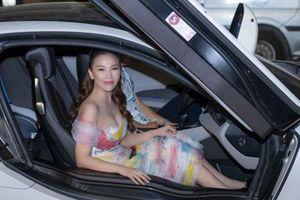 Chân dài 'giàu nhất' làng mẫu Việt gây choáng với xế sang dự tiệc