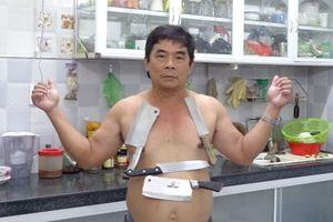 Kỳ lạ người đàn ông… 'hút' vật dụng bằng inox