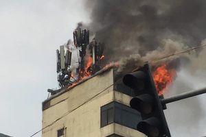 Quán karaoke ở Hà Nội bốc cháy dữ dội giữa trưa